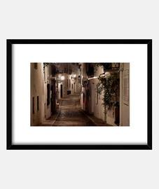 Calle de Altea iluminada por faroles