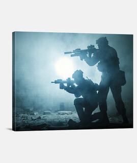 Dos soldados en combate