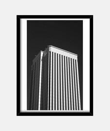 Edificio blanco y negro ( fotografía )