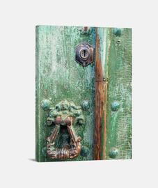 puerta verde desgastada