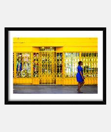 Señora caminando sobre amarillo ( fotog