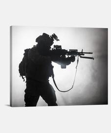 Silueta soldado avanzando
