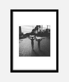 Surf Boys Barcelona - Cuadro con marco negro vertical 3:4 (15 x 20 cm)