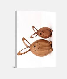 Un par de sonrientes conejitos de madera
