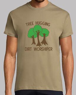 adorador de la tierra abrazando árboles