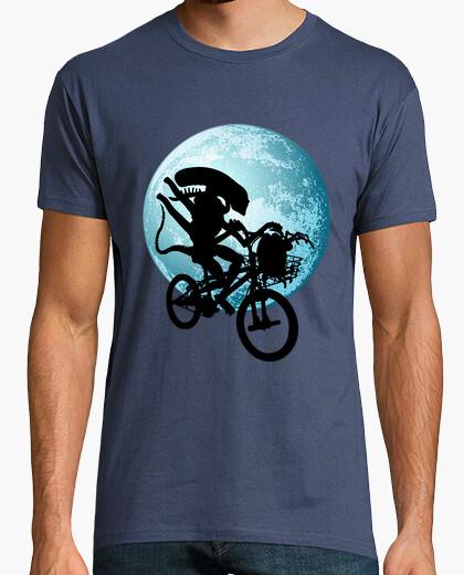 Alien saves an egg t-shirt