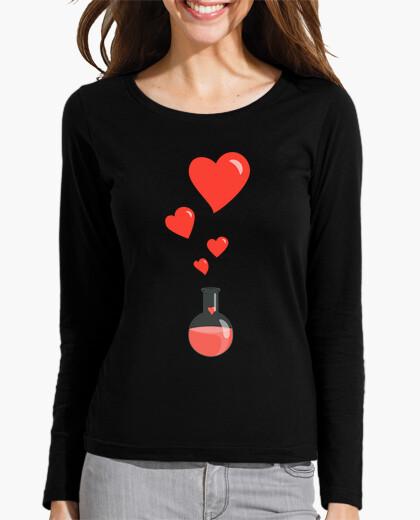 Camiseta amar matraz química de corazones friki
