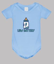 batterie faible! corps bébé, ciel bleu
