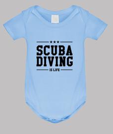buceo cuerpo del bebé, cielo azul