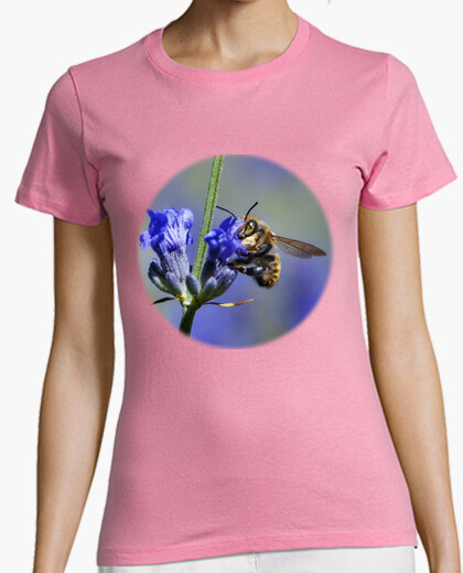 Camiseta Abeja sobre Flores de Lavanda (en pecho)