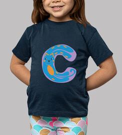camiseta azul marino, con letra C
