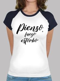 Camiseta chica Pienso luego estorbo