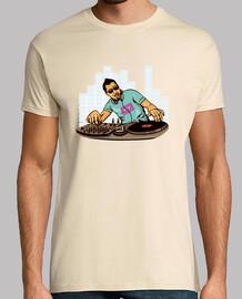 Camiseta Dj pinchando con vinilo y casette en la