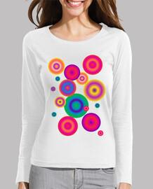 camiseta lila con circulos