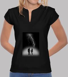 camiseta rayo fondo negro mujer
