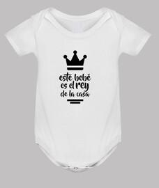 ce bébé est le roi de la maison