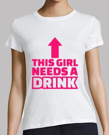 cette fille a besoin d'une boisson