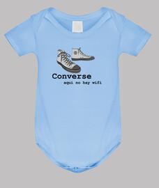 converse - corps de bébé, ciel bleu