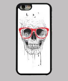 crâne avec des lunettes rouges