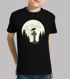 cuervo en una cruz en la luz de la luna