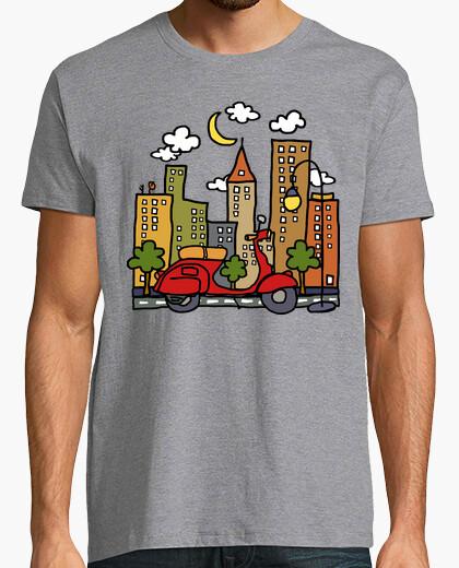 Tee-shirt en scooter autour de la ville