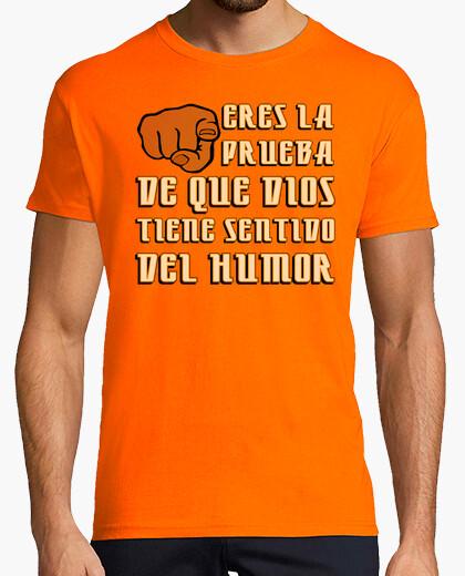 Camiseta Eres la prueba de que Dios tiene sentido del humor