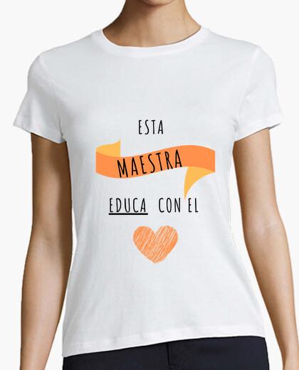 Camiseta Esta maestra educa con el corazón