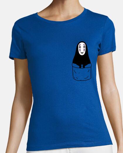 fille non-face dans une poche de  tee shirt