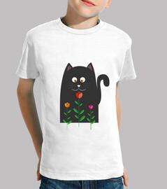 Gatito negro oliendo una flor