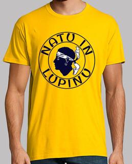hombre de camisa en lupinu natu