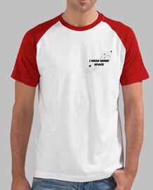 Hombre, estilo béisbol, blanca y roja, con diseño tumblr I need some space