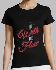 ir con la camisa de la mujer del flujo
