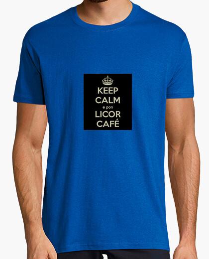 Camiseta Keep Calm e pon un licor café. Galego