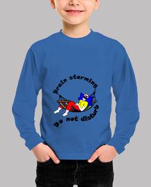 la camiseta del niño no perturba el brain storming.
