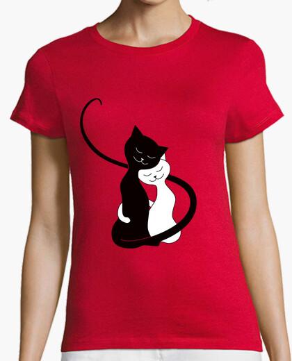 Camiseta lindos abrazos gatos blancos y negros en lov