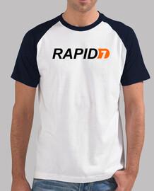 Logo Rapid7. camiseta blanca mangas negras.