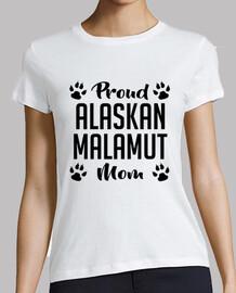 mamá orgullosa del malamut de alaska