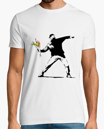 Camiseta man holding flowers