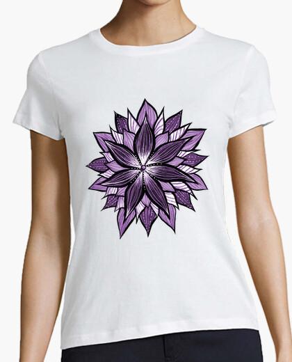 Tee-shirt mandala pourpre comme fleur abstraite
