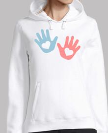 manos de bebé corazones