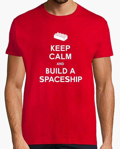Camiseta mantener la calma y construir una camisa para hombre de la nave espacial