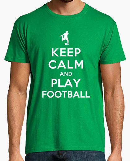 Camiseta mantener la calma y jugar al fútbol