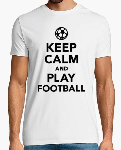 Camiseta mantener la calma y jugar al fútbol de fútbol