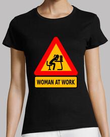 Mujer ante pila de trabajo