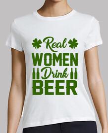 mujeres reales beben cerveza