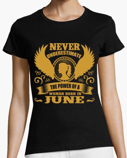 Camiseta never underestimate the power of woman b