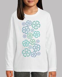 niño camiseta sobre las flores azules