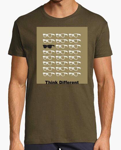 Camiseta Piensa diferente...