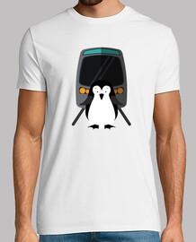 pinguino en peligro en la vía del tren