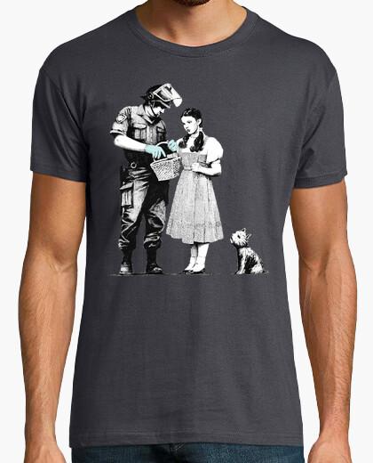 Camiseta policia Dorothy Gale totó banksy